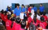 Thăm, tặng sách cho lớp học tình thương