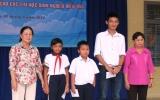 Nhiều phần quà trao tay học sinh nghèo vượt khó tại hội trại hè