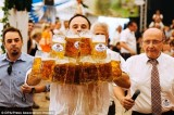 Bồi bàn lập kỷ lục thế giới về số cốc bia bưng cùng lúc