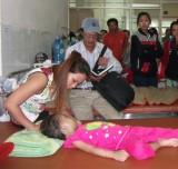 Vụ bé gái 4 tuổi bị hành hạ: Tình người nơi xóm trọ