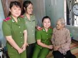 Hội viên phụ nữ Cụm thi đua số 3: Thăm, tặng quà cho các mẹ Việt Nam anh hùng