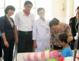 Phó Chủ tịch Tổng Liên đoàn Lao động Việt Nam Nguyễn Thị Thu Hồng: Đến thăm và tặng quà cho bé Kim Ngân