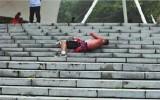 Lăn 30 bậc cầu thang một ngày để tự massage