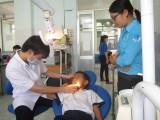Trẻ em lớp học tình thương TP.TDM được khám bệnh miễn phí