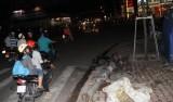 Cột đèn tín hiệu giao thông bất ngờ đổ ập xuống đường