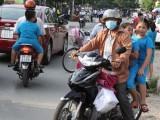Đội mũ bảo hiểm cho trẻ khi tham gia giao thông: Nhiều phụ huynh chưa quan tâm