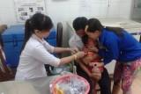 Đưa trẻ đi tiêm vắc xin để phòng bệnh sởi và rubella