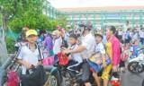Đội mũ bảo hiểm cho trẻ em: Cần sự quan tâm từ người lớn