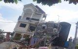 Căn nhà 3 tầng đang xây dựng bị đổ nghiêng