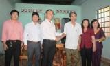 Ủy ban MTTQ Việt Nam tỉnh: Trao trang thiết bị nội thất cho gia đình chính sách tại thị xã Bến Cát