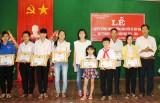 Tặng quà quà cho học sinh nghèo hiếu học huyện Lộc Ninh, Bình Phước