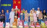 Hội Chữ thập đỏ Bình Dương: Tặng quà và nhà Chữ thập đỏ cho người nghèo