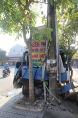 Xe tải tông gãy cột đèn