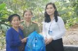 Tặng quà cho gia đình chính sách xã Hưng Hòa, huyện Bàu Bàng