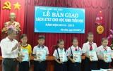 Tặng sách giáo dục an toàn giao thông cho học sinh tiểu học: Một việc làm ý nghĩa