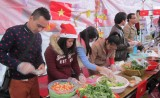 Du học sinh tham gia giới thiệu văn hóa Việt Nam với bạn bè quốc tế