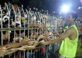 Chen nhau mua vé trận khai mạc Toyota V-League để xem Công Phượng và đồng đội biểu diễn