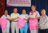 Cụ Huỳnh Văn Ráng tặng quà tết cho hộ nghèo