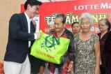 100 hộ cận nghèo được nhận quà từ Siêu thị Lotte Mart Bình Dương