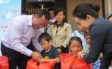 """Hành trình """"Xuân với trẻ em khó khăn"""" đến với thị xã Thuận An"""