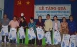 Công ty du lịch Vietravel Chi nhánh Bình Dương: Tặng 100 phần quà tết cho gia đình chính sách