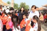 Tặng quà tết cho trẻ em khó khăn TX. Bến Cát và huyện Dầu Tiếng