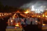 Gắn hoa cho liệt sỹ ở Nghĩa trang liệt sỹ quốc gia đường 9