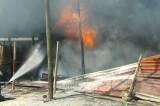 Cháy vựa phế liệu trong khu dân cư