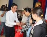 Ngân hàng TMCP Kiên Long chi nhánh Bình Dương: Trao 100 phần quà cho hộ khó khăn phường Phú Lợi