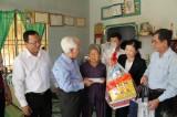 Đoàn lãnh đạo TP.Hồ Chí Minh thăm, tặng quà gia đình chính sách huyện Dầu Tiếng