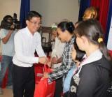 Trao 100 phần quà cho hộ khó khăn ở phường Phú Lợi