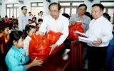 Đồng chí Mai Thế Trung, Ủy viên Trung ương Đảng, Bí thư Tỉnh ủy thăm, tặng quà mẹ Việt Nam anh hùng