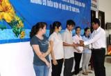 Liên đoàn Lao động tỉnh tặng quà cho công nhân lao động có hoàn cảnh khó khăn