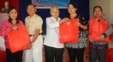 Cụ Lê Thị Hổ tặng quà tết cho hộ nghèo