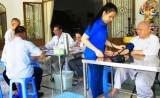 Đoàn bác sĩ Bệnh viện Đa khoa Mỹ Phước: Khám bệnh, phát thuốc miễn phí cho 150 người nghèo