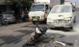 Xe máy tông xe ôtô, 2 người nhập viện