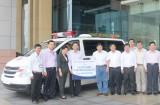 Trao tặng xe cứu thương và nhà đại đoàn kết cho huyện Vũng Liêm, tỉnh Vĩnh Long
