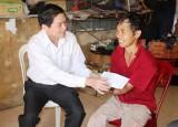 Lãnh đạo tỉnh thăm, tặng quà cho công nhân bị tai nạn lao động