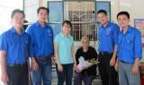 Cụm đoàn 4 - Đoàn Khối các cơ quan tỉnh: Thăm và tặng quà các mẹ Việt Nam anh hùng