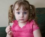 Chứng bệnh lạ khiến cô bé 4 tuổi thèm ăn mọi thứ