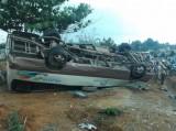 Vượt ẩu, xe 24 chỗ lật ngửa, 18 khách bị thương