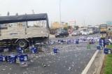 Xe chở bia gặp nạn, hàng trăm thùng bia đổ tràn quốc lộ