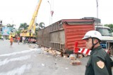 Lật xe container chở sữa