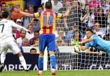 Ronaldo đá hỏng phạt đền, Real hụt hơi trong cuộc đua với Barca