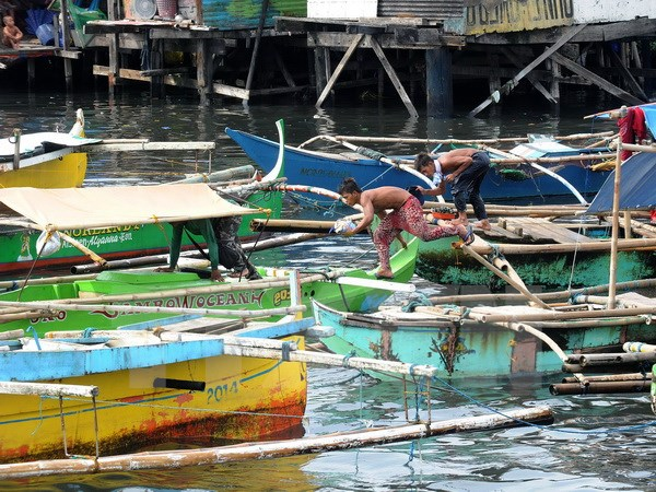 Tàu thuyền neo đậu tránh bão Noul tại Vịnh Manila