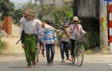 Hai người đàn ông tình nguyện dẫn học sinh qua đường