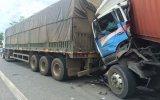 Container tông liên hoàn xe đậu trên đường