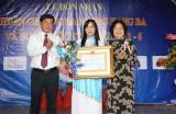 Bà Huỳnh Tiểu Hương đón nhận Huân chương Lao động hạng ba