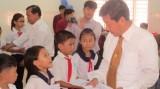 Lãnh đạo tỉnh bàn giao sân chơi cho trẻ em trường Tiểu học Long Nguyên