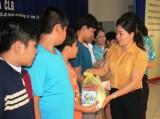 Tặng quà cho trẻ em Câu lạc bộ Trẻ em với phòng, chống HIV/AIDS